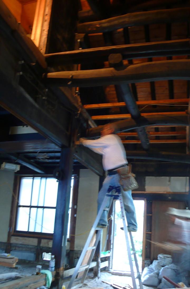 台所と茶の間の天井を剥がすと中から太い梁が出現。