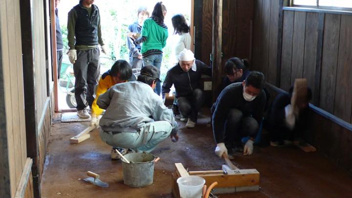 喫茶スペースの土間たたきワークショップ。篠山の土と石灰とにがりを調合し、文字通りパンパン突き固めます。道具も自作。