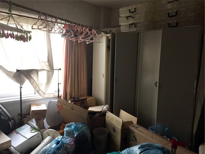 堆積したゴミや家具を撤去