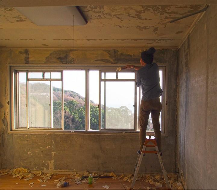 コンクリートの上に貼られていたビニルクロスはことごとくカビだらけだったので、全てを剥がして、コンクリート壁を剥き出しにした。