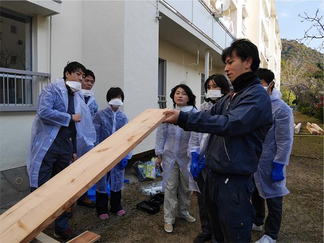 デッキを作る前に、大工さんに木の特性を教えてもらいました。