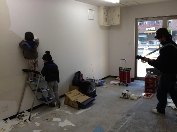 建物を借りた当初、オフィス仕様の味気ないクロスをベリベリと剥がすところから作業が始まった。