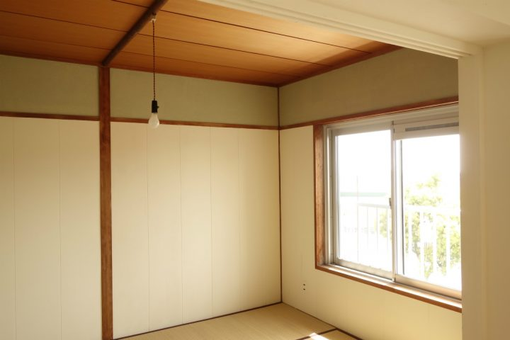 【クロスはがし】合板に白ペンキ+クロスを残した部分にはモスグリーンのペンキで仕上げ和室らしく。