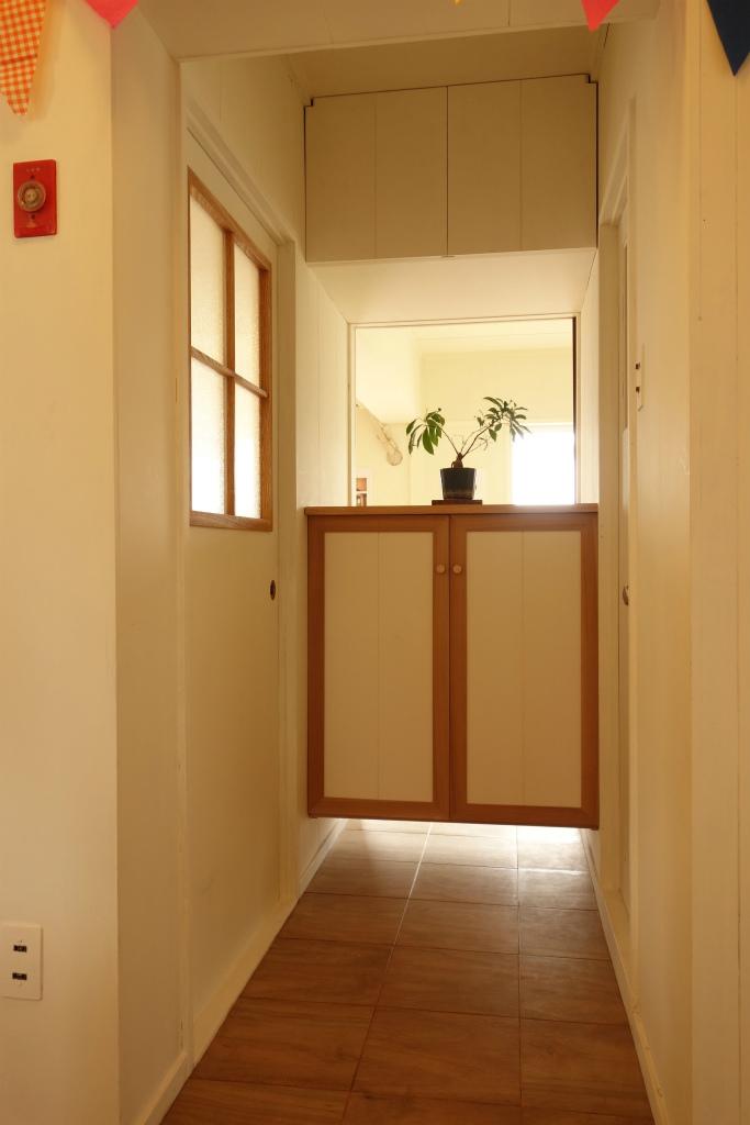 【玄関・廊下】団地特有の廊下の暗さと収納の少なさを解消するために、通風と採光を兼ねた収納を設置。