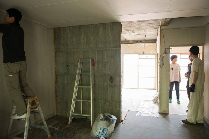 現在改装中のため、天井や壁床も剥き出しの状態の部屋の壁をみんなでペイントしていきます。