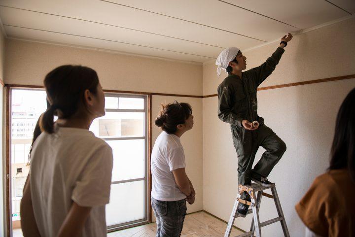 天井や壁の際はマスキングテープをラインに沿って貼る処理をします。