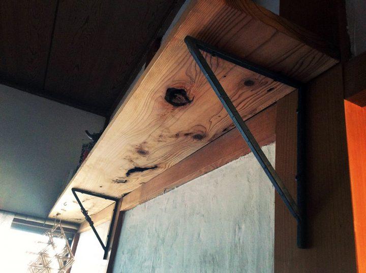 祖父の保管していた古い板で作った棚。