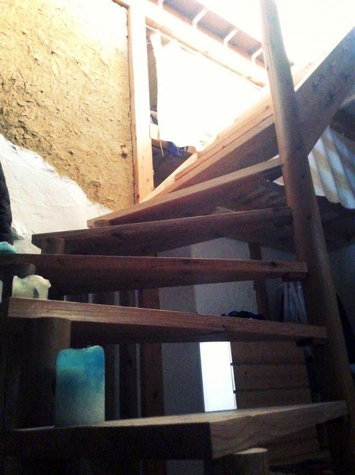 大工さんに作ってもらった、現場で使う足場板と足場丸太で作った螺旋階段。